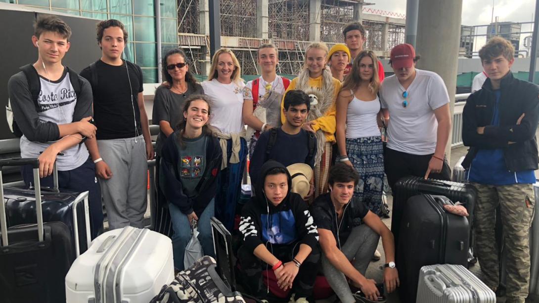 Voluntarios tomándose una foto después de llegar al aeropuerto.